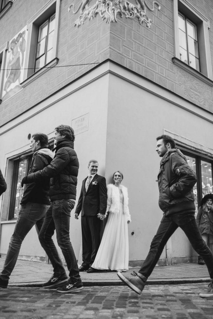 Para Młoda na sesji zdjęciowej na Rynku Starego Miasta w Warszawie